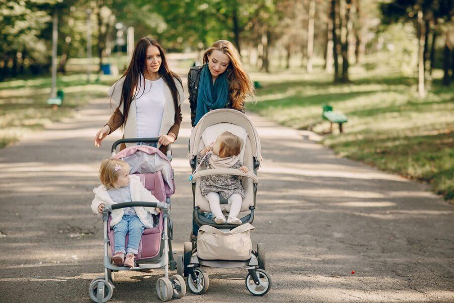 Mammor med barn i sulky och sittvagn