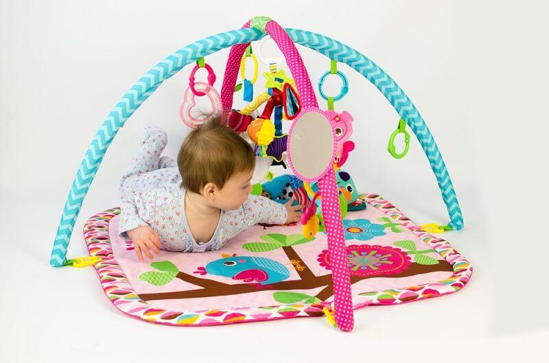 barn som leker i bästa babymmet