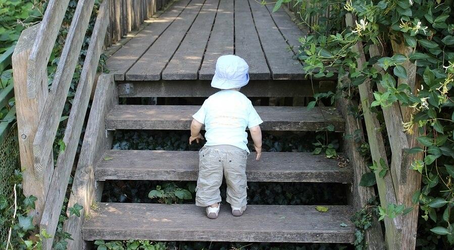 barn i trappa utan grind