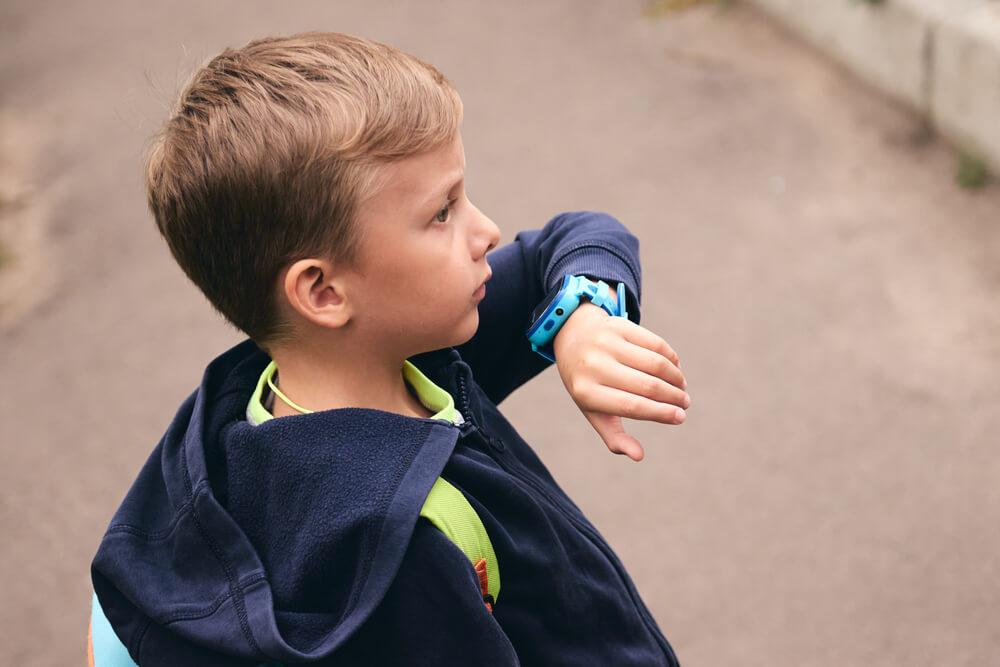 barn pratar i gps klocka